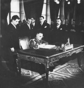 damaceanu semneaza tratatul de la paris asistat de patrascanu