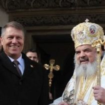 """Patriarhul Daniel încercând să afle dacă în România sfârșitul definitiv al unui Paște este litera """"e"""" sau vreo Ordonanță a lu Iohannis"""