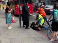 Atacatorul rabinului din Londra este imobilizat de trecători sursa The Sun