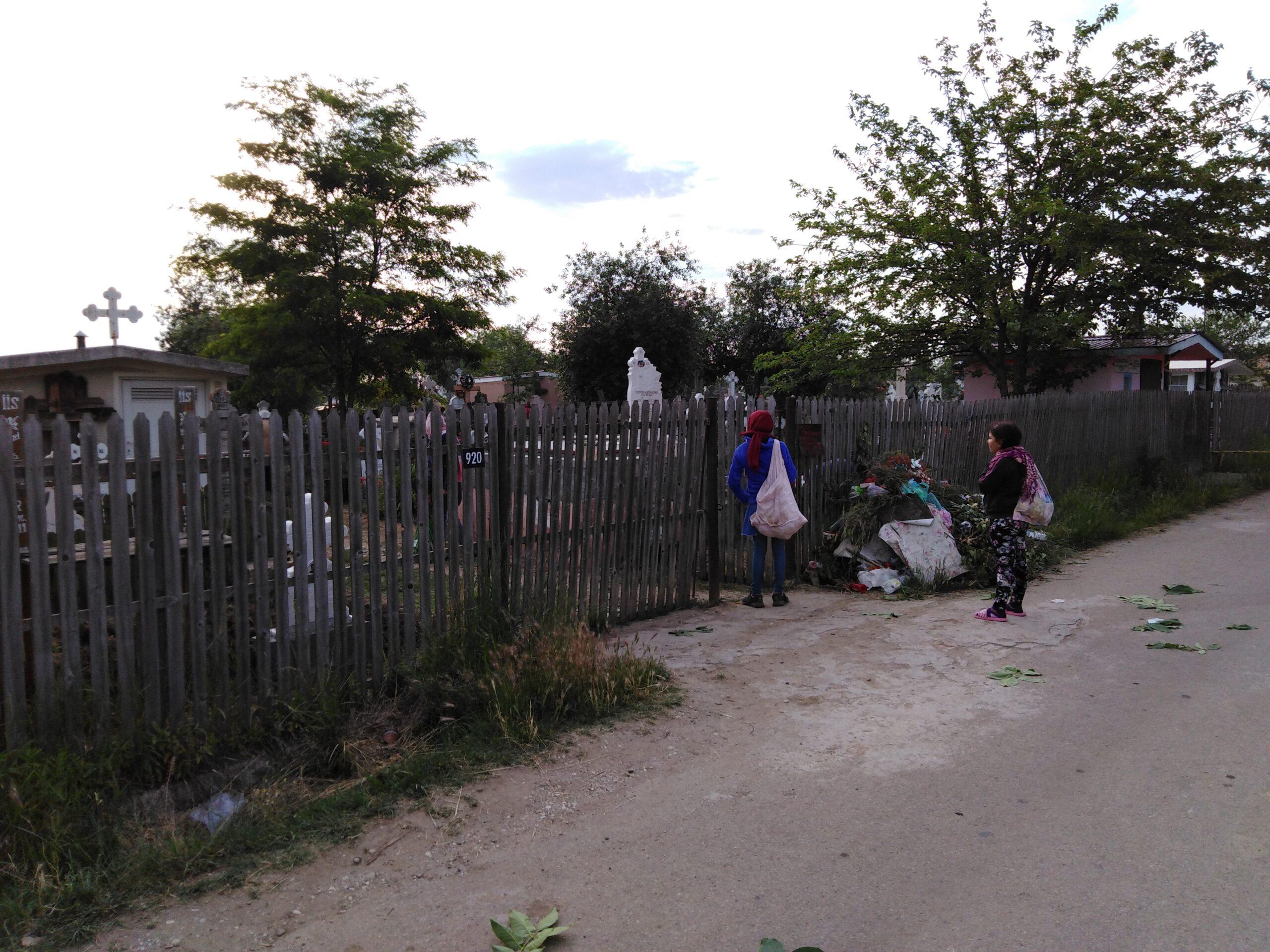 La poarta cimitirului, pomană se face cu cei sărmani.