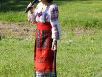 Marina Voica în costum popular