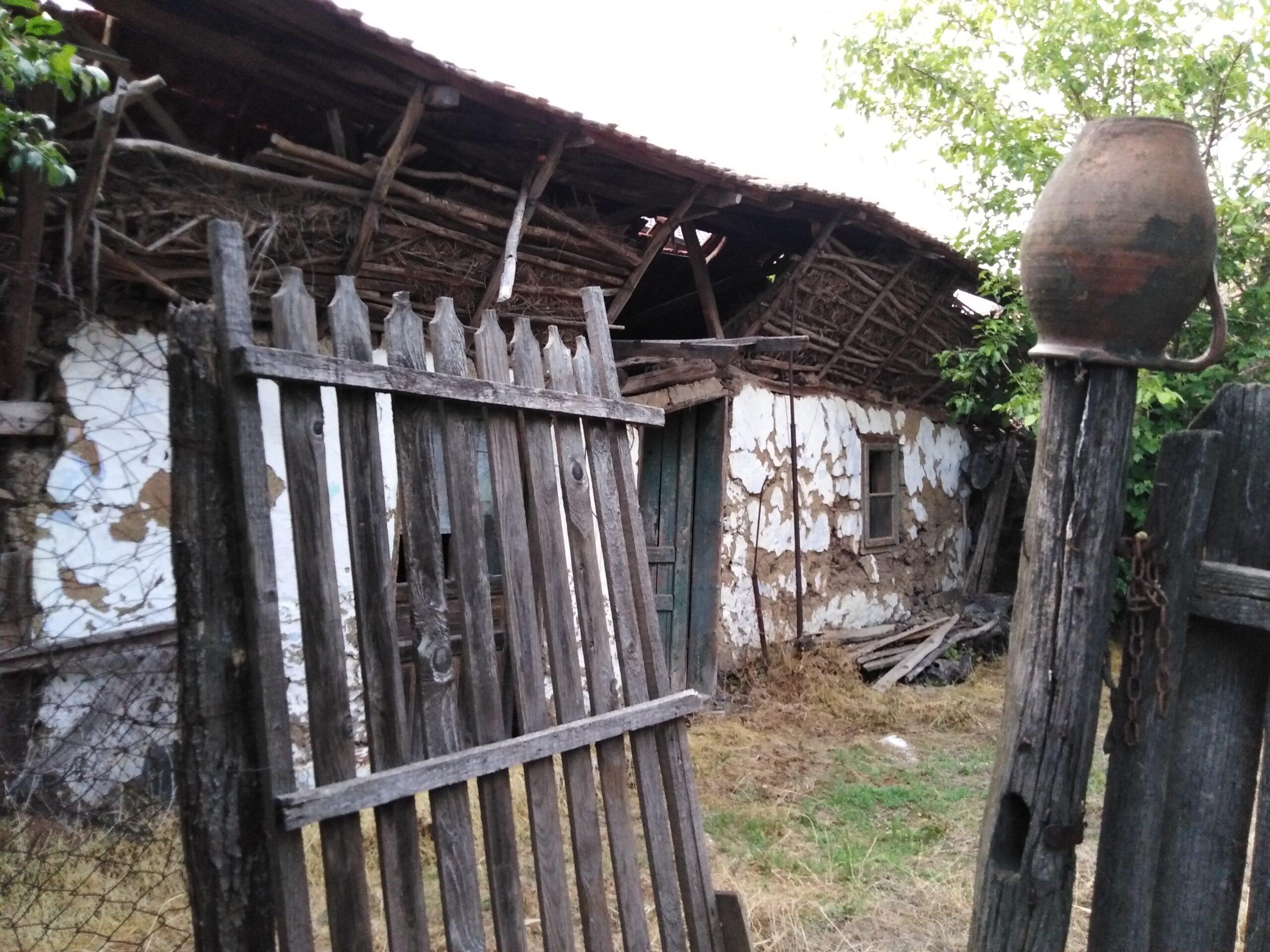 Satul românesc tradițional moare încet, încet odată cu oamenii.