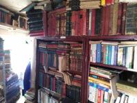 Un-colț-de-rai-pentru-un-bibliofil-și-cititor-împătimit,-un-maldăr-de-hârtie-îngălbenită-pentru-un-tefelist.