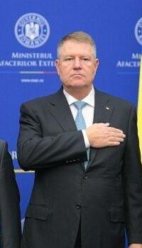 În această imagine nu este clar unde își ține ministrul Aurescu mâna dreaptă Cea stângă e lângă buzunarul lui Klaus Iohannis
