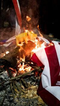 """Biblii și steaguri arse în piața publică de tinerii """"protestatari"""""""