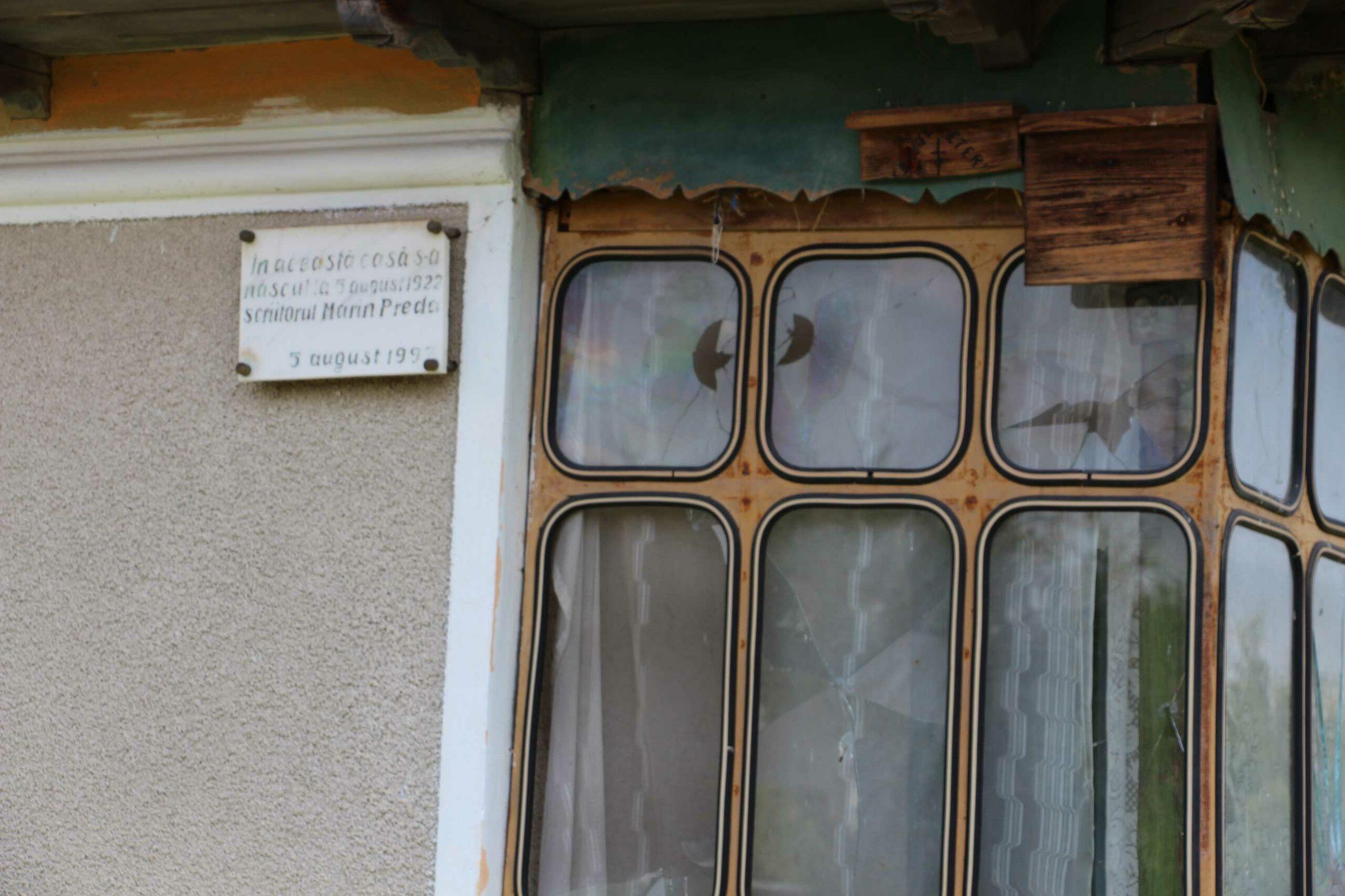Memoria-locului.-Marin-Preda,-postum.-În-dreapta,-pe-plăcuțe-din-lemn,–Floarea-și-Gheorghe-Călărașu.