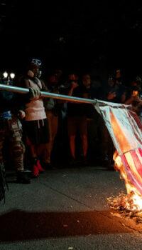 New Fashion Duci steaguri și Biblii la proteste să ai ce arde