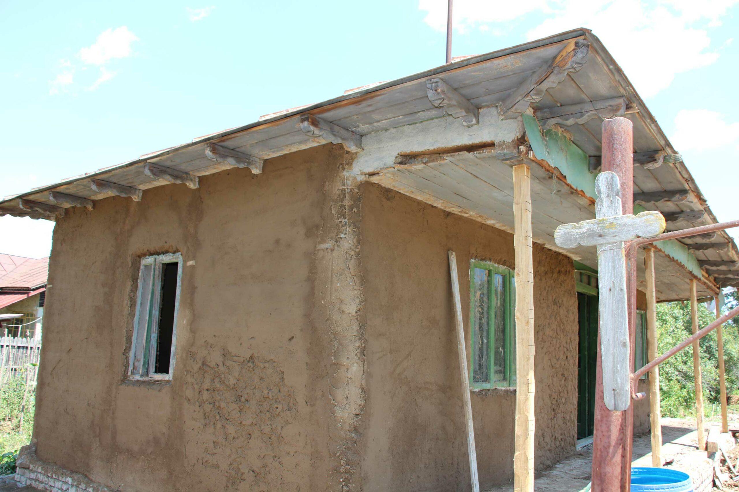 Prispa-familiei-Călărașu,-fațada-și-interiorul-capătă-parfumul-de-altădată,-tradițional.-Fie-el-de-balegă-amestecătă-cu-lut-roșu.-foto-2