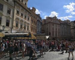 Un-grup-de-turiști-așteptând-să-bată-orologiul-vechii-primării