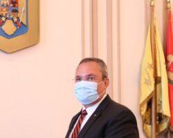 Ministrul Ciucă aflat în această imagine în spatele măștii