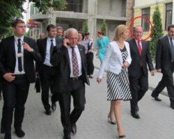 De la stânga la dreapta Bodyguard Tip care e ocupat cu telefonul Liderul Găgăuz Irina Vlah ministrul Bogdan Aurescu Aflători în treabă