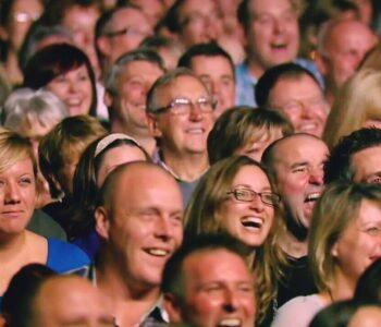 public râzând