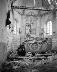 Intr-o biserica din care n-au mai ramas intacte decat altarul, crucea si statuia sfantului protector