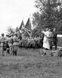 Preot catolic binecuvantand drapelul trupelor poloneze