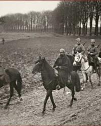 Preot insotind cativa imami pe frontul de pe Somme