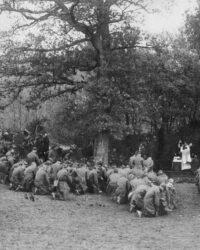Soldati americani la slujba inainte de plecarea spre linia intai