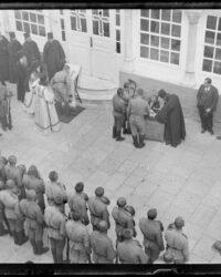 Soldati din Corpul expeditionar rus in Orient al Tarului Nicolae al II lea se inchina la icoanele de pe muntele Athos (Grecia)