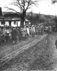 Soldati romani in Moldova, plecand spre front cu crucea in frunte