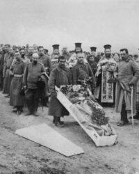 ceremonie ortodoxa de inmormantare pe linia frontului