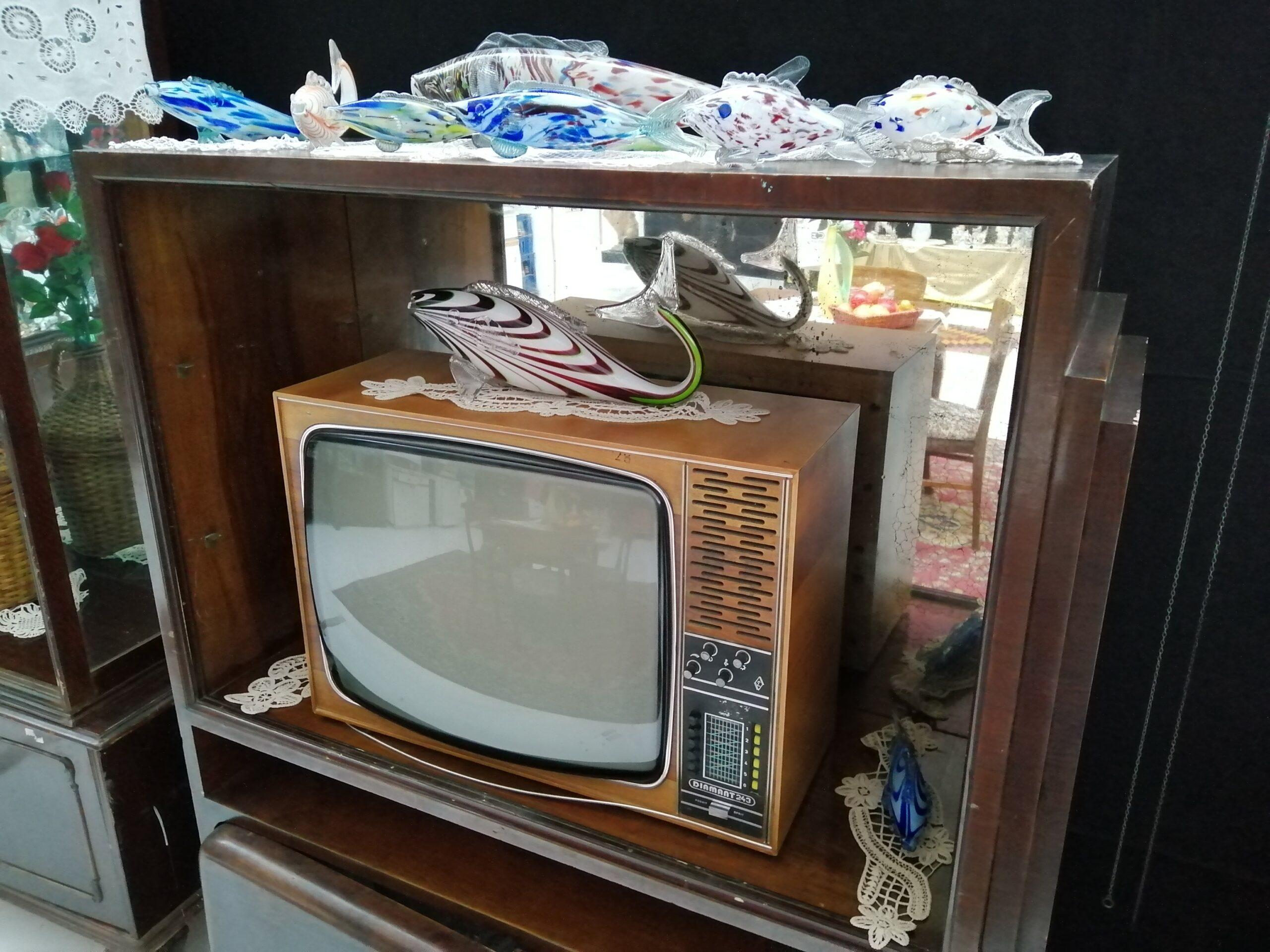 Cine n-a avut un pește de sticlă pe televizor…