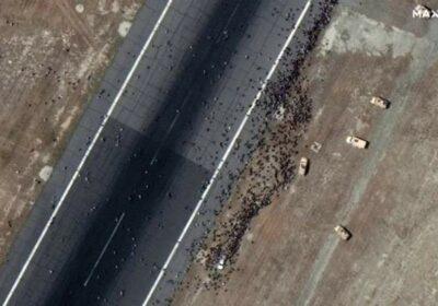 imagini satelitare oameni aeroport kabul epa